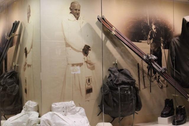 Wełniane podkolanówki, trampki i cały narciarski ekwipunek Karola Wojtyły, jeden z eksponatów w tym, nietypowym, muzeum. Co jeszcze można tu zobaczyć?