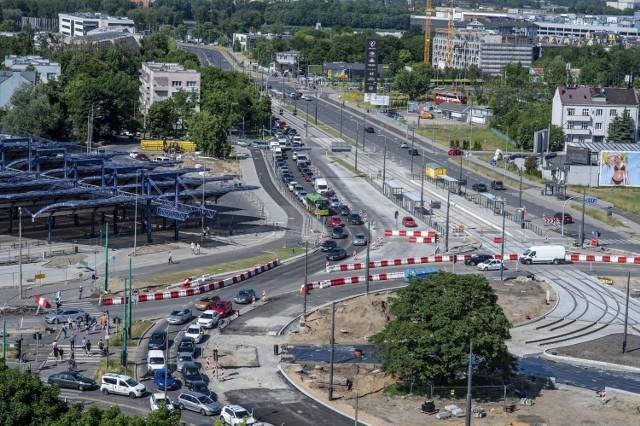 Koniec przebudowy ronda Rataje zaplanowano na marzec 2022 r. Przejdź do kolejnego zdjęcia --->