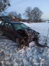 Wypadek na trasie Czerniki-Kobyle. Kierowca volvo uderzył w drzewo