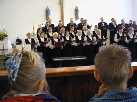 Dwugodzinny koncert chórów otworzyli gospodarze, czyli zespół Consono.