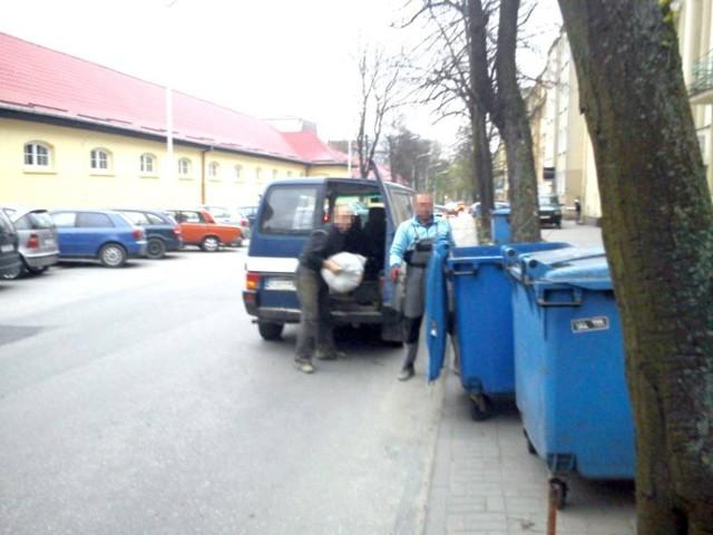 We wtorek wieczorem dwie osoby podrzucały worki ze śmieciami do ...