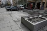 Na ul. Getta Warszawskiego w Szczecinie donice na kwiaty zamieniły się w śmietniki. ZDiTM apeluje do mieszkańców. ZDJĘCIA