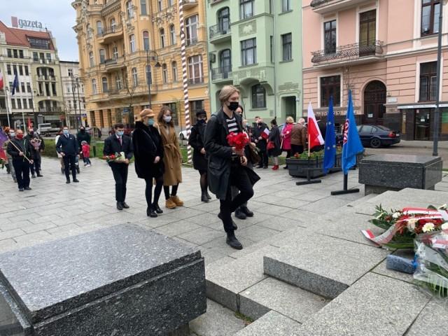 W upamiętnieniu 1 maja uczestniczyli bydgoski poseł Jan Szopiński, wiceprezydent Mirosław Kozłowicz, przewodniczący wojewódzkiej rady OPZZ Harald Matuszewski oraz przedstawiciele partii i organizacji lewicowych w Bydgoszczy.