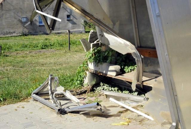 NACŁAW. Zniszczony kilka tygodni temu przystanek autobusu szkolnego, nadal straszy