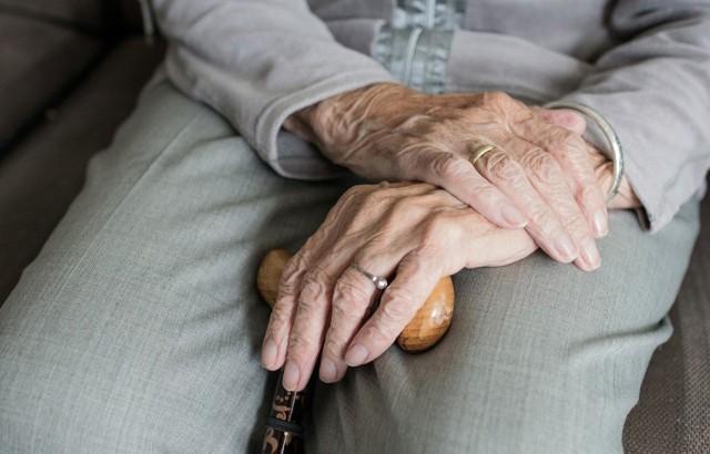 Na emeryturę przeszła po ukończeniu 81 lat. Obecnie jest kobietą, która odbiera najwyższą emeryturę w Polsce - wypłaca ją bydgoski oddział Zakładu Ubezpieczeń Społecznych.   Ile wynoszą najniższe i najwyższe świadczenia? O tym przeczytasz w galerii.