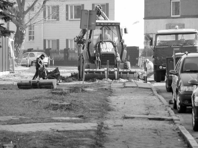 Przy ulicy Ludowej w Koluszkach ruszyła budowa ciągu dla pieszych i miejsc parkingowych.