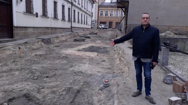 Zasypanie szczątków pod ulicą, którą będą jeździły samochody, jest oznaką braku szacunku - uważa Radosław Olesiński