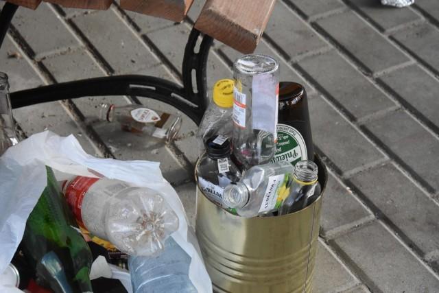 Zdjęcia wykonano po częściowym uprzątnięciu śmieci, w związku z czym nie ukazują one w pełni skali problemu