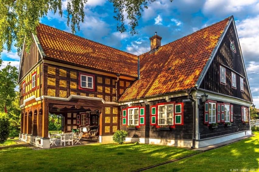 Domy podcieniowe architektonicznym cudem Żuław. Atrakcje turystyczne na Mierzei Wiślanej. Zobaczcie te niezwykłe zabytki!
