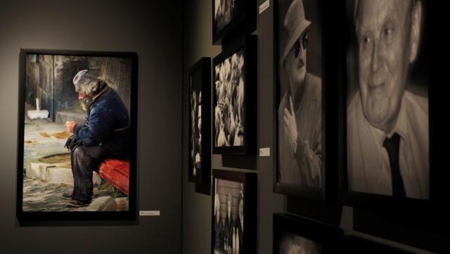 """Ponad sto fotografii do zobaczenia na jubileuszowej wystawie Marka Chełminiaka """"Jestem, kim jestem, gdzie jestem""""  od 11 maja w Galerii Sztuki Nowoczesnej"""