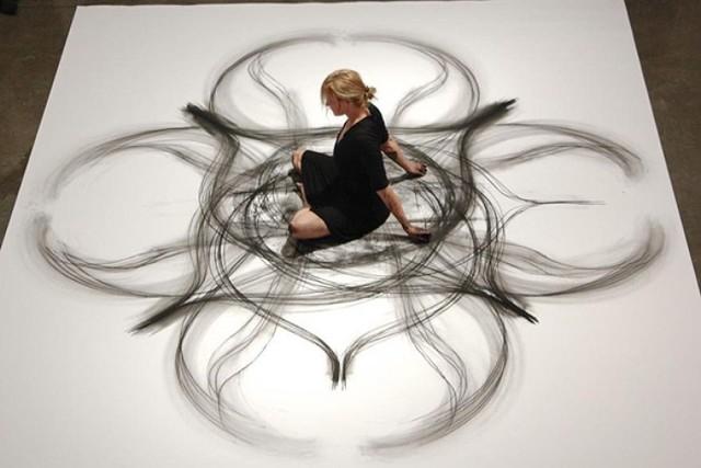 W trakcie tańca maluje dzieła sztuki. To wyjątkowa artystka! [ZDJĘCIA]