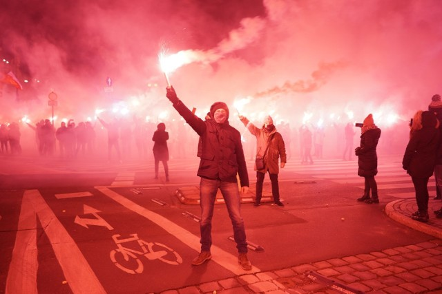 Kibice Lecha Poznań tradycyjnie włączyli się w obchody rocznicy wybuchu Powstania Wielkopolskiego. Fani Kolejorza z tej okazji urządzili na placu Wolności efektowne racowisko. Zobaczcie zdjęcia.  Kolejne zdjęcie-->