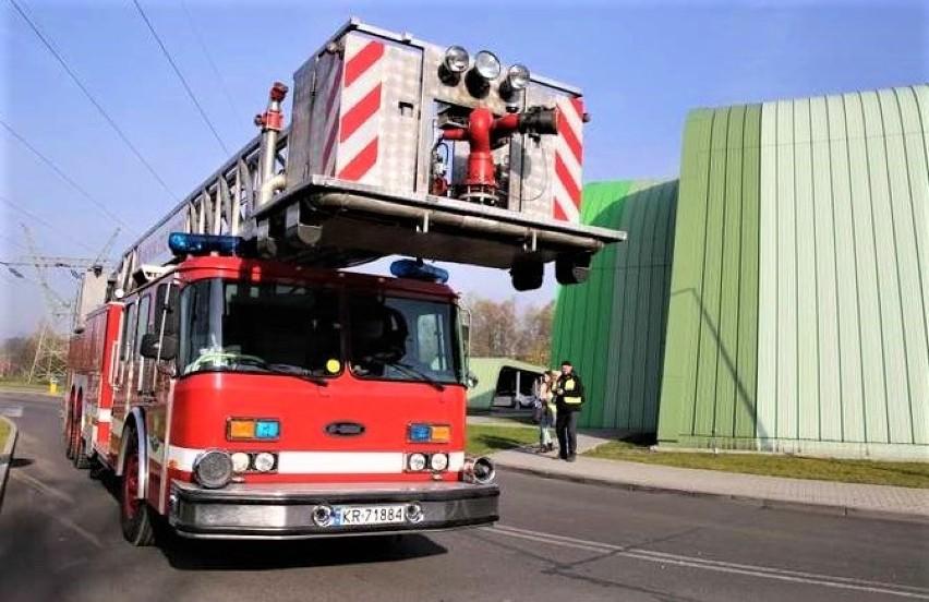 Niecew. Tajemniczy czerwony pył pokrył okolicę zakładu MoBruk. Strażacy sprawdzali, czy jest niebezpieczny