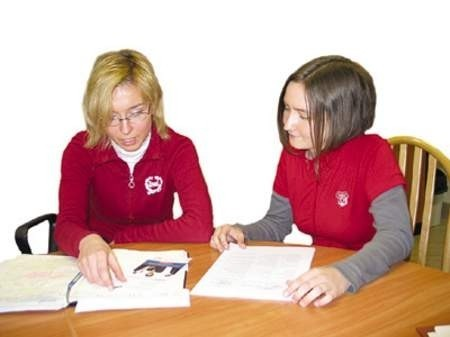 Magdalena Liszka (z lewej) zachęca do złożenia aplikacji Angelikę Migodzińską, studentkę zarządzania i marketingu.
