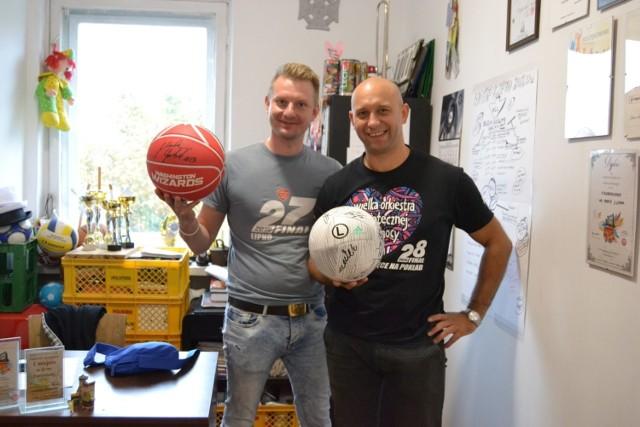 Jakub Klaban (z prawej) z Miłoszem Makowskim w siedzibie lipnowskiego sztabu Wielkiej Orkiestry Świątecznej Pomocy