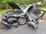 Wypadek na drodze wojewódzkiej 137 niedaleko Trzciela. Dwa samochody rozbite, jedna osoba ranna