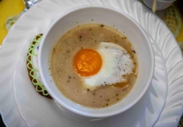 Potrawy na Wielkanoc. Jakie tradycyjne (i mniej tradycyjne) dania powinny znaleźć się na wielkanocnym stole?