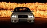 Samochód w płomieniach. Ustawieni foto-amatorzy chcą igrać z ogniem