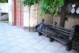Rzeźba bezdomnego na Starym Mieście. Okazuje się, że to Jezus