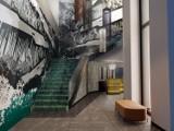 Hotel NYX w Warszawie. W środku prace lokalnych artystów, retro sala gier i bar na 19-stym piętrze