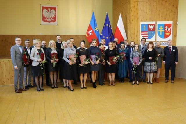 Nagrodzeni nauczyciele z dyrektorami szkół średnich, Zarządem Powiatu Włoszczowskiego i Wizytatorem Kuratorium Oświaty.