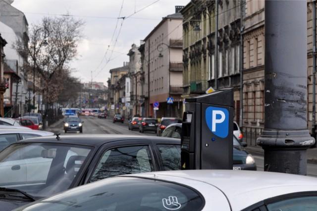 Za postój w strefie parkowania można płacić w parkomatach albo za pomocą aplikacji mobilnych.