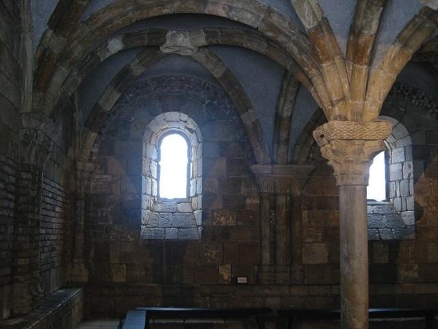 """Jak głoszą legendy - niegdyś na wyspie Cite znaleźć można było pogańskie świątynie. Zostały one jednak przemianowane na kościoły chrześcijańskie po przyjęciu chrztu przez władcę Franków - Chlodwiga. Jak informuje Grzegorz z Tours w dziele """"O chwale wyznawców"""", paryska katedra, o której budowie zdecydował Childebert, stała na grobie jakiejś zapomnianej świętej. Obiekt jednak został spalony przez wikingów w 857 roku, lecz szybko wzniesiono nowy. Biskup Maurice de Sully stwierdził jednak w XII w., że to za mało i w tym miejscu powinna powstać katedra godna królów."""
