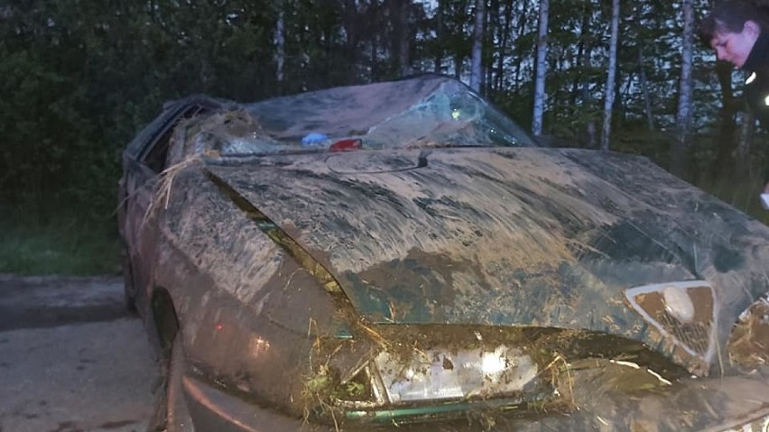Dachowanie w Kiezmarku. Kierowca z prawie 3 promilami alkoholu. Rannych transportował śmigłowiec LPR i karetka  ZDJĘCIA