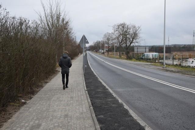 Koszt budowy chodnika wraz z barierkami wyniósł ponad 165 tysięcy złotych. Wykonawcą tego zadania był Zakład Produkcyjno-Usługowo-Handlowy Marek Lachma z Zielonej Góry.