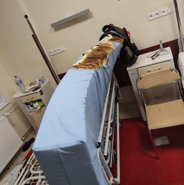 Tak wyglądał materac po tym, gdy 61-letniemu pacjentowi wypadł papieros palony na sali chorych.
