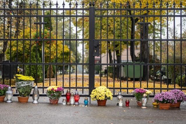 Tak smutno tutaj 1 listopada jeszcze nigdy nie było.  Zobacz cmentarz przy ul. Wandy w Nowej Soli, 1 listopada 2020 roku.