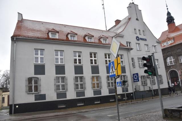 Tutaj mieściła się formalnie do 11 stycznia 2021 roku siedziba KPP Sławno. Formalnie, bo od tego dnia interesanci są kierowani na ul. Polanowską w Sławnie.   Co będzie ze starą siedzibą?