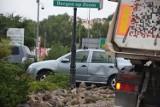 Zderzenie osobówki z ciężarówką w Szczecinku. Utrudnienia na rondzie [zdjęcia]