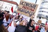 """Protest """"Stop segregacji sanitarnej"""" w Warszawie. """"Nie"""" dla przymusowych szczepień. Strajkujący chcą utworzenia funduszu rekompensacyjnego"""