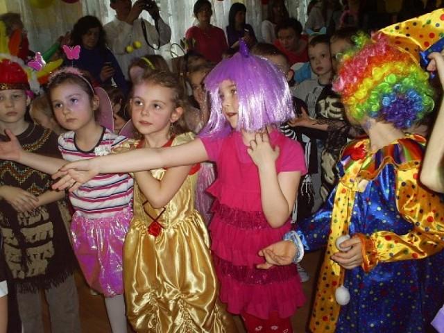 Dzieci przyszły na bal w bajkowych strojach.