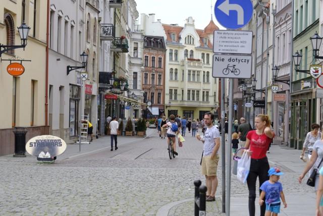 Pytanie nr 1  Mieszkaniec zaproponował zwiększenie liczby kopert dla przedsiębiorców na ul. Chełmińskiej (obecnie jest tam wyznaczona jedna koperta na ich użytek) - można to zrobić kosztem trzech kopert dla riksz, których nie ma w Toruniu. Mieszkaniec sugeruje też ograniczenie możliwości parkowania samochodów (m.in. samochodów służbowych urzędu miasta i podległych jednostek) na dziedzińcu Ratusza Staromiejskiego i na płycie Ratusza Staromiejskiego.  Zobacz także: Postępy prac przy miejskich inwestycjach w Toruniu [ZDJĘCIA]  Odpowiedź:  W ramach wprowadzonej pierwotnie nowej organizacji ruchu drogowego w obrębie Zespołu Staromiejskiego wyznaczono na ul. Chełmińskiej dwa miejsca postojowe dla zaopatrzenia dostaw i kurierów. Zgodnie z sugestią ilość miejsc zostanie zwiększona o 3 w miejscu obecnie wyznaczonego postoju dla meleksów i riksz. Parkowanie samochodów służbowych Urzędu Miasta Torunia na dziedzińcu i płycie Ratusza Staromiejskiego ma miejsce tylko w sytuacji, kiedy w budynku Ratusza czy w Dworze Artusa odbywają się wydarzenia, jednak należy podkreślić, że nie powoduje to zajęcia miejsc do parkowania innym użytkownikom.  Toruń. Strefa zamieszkania na starówce. Najczęstsze pytania mieszkańców