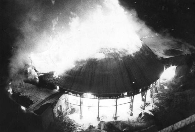 Cyrk Olimpia - drewniany zabytek spłonął w dwie godziny.  Kolejne zdjęcie --->