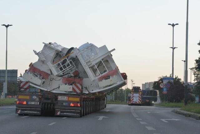 Olbrzymie elementy wiertnicze przyjechały do Łodzi nad ranem nadzwyczajnym transportem