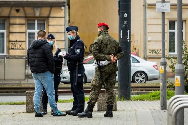 Policjanci w całym kraju sprawdzają, czy przestrzegane są obostrzenia dotyczące zakrywania ust i nosa maseczkami. W Wielkopolsce w miniony weekend policjanci wystawili 257 mandatów.