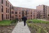 """Katowice: To pierwsze osiedle wybudowane w ramach programu """"Mieszkanie Plus"""". Umowy podpisało 300 rodzin"""