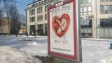 """Kolejny plakat antyaborcyjny w Białymstoku został zniszczony. Pojawił się na nim napis """"wolny wybór"""" i osiem gwiazdek (ZDJĘCIA)"""