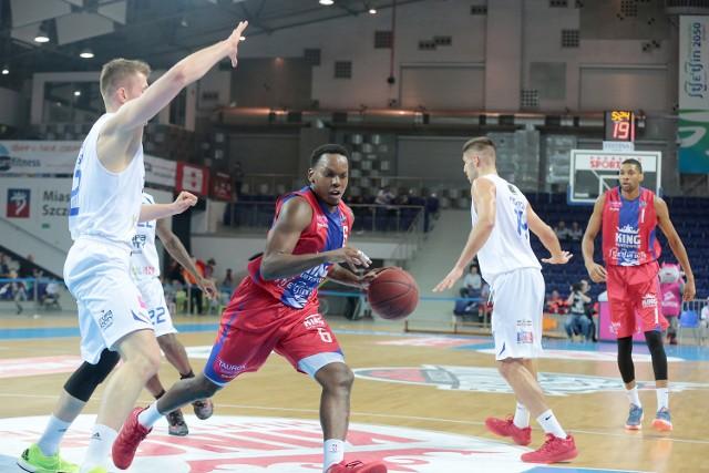 Russell Robinson (z piłką) jest zadowolony z gry w Szczecinie i postanowił zostać na kolejny sezon.
