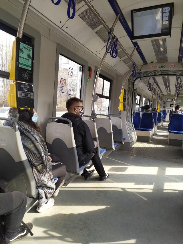 Inny tramwaj i inny dzień (4 marca), siedzenia też brudne