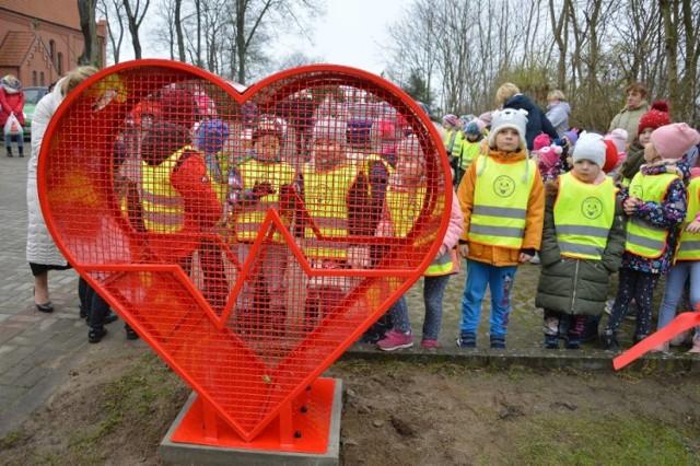 Kosz w kształcie serca na nakrętki dla Neli Trzebiatowskiej stoi już przy kościele w Koczale. Kolejny będzie w Dretyniu