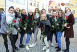 Maturzyści zatańczyli poloneza na polkowickim rynku [ZDJĘCIA]