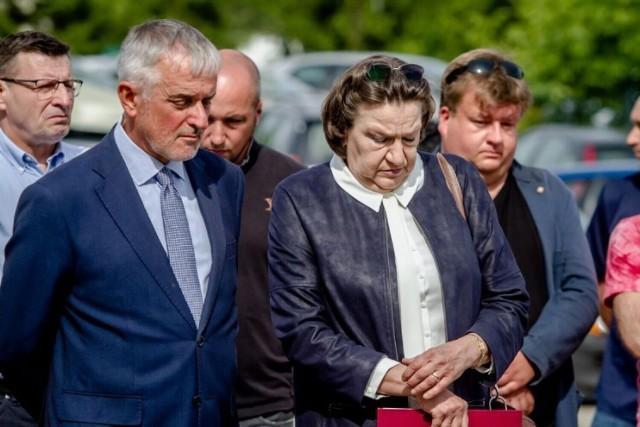 Mariola Dudziak i Roman Szełemej zwolnieni z pracy w szpitalu w Wałbrzychu. Dyrektorka i szef kardiologii mieli się nie wywiązywać z obowiązków i naruszać obowiązki pracownicze. Oni sami mówią o politycznym tle tych decyzji. Przed szpitalem kolejne protesty
