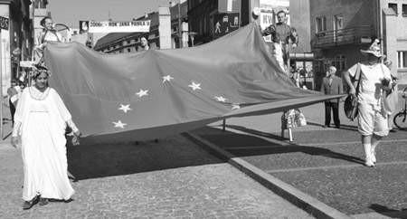 Uroczystość wręczenia honorowej flagi przypominała prawdziwy piknik.