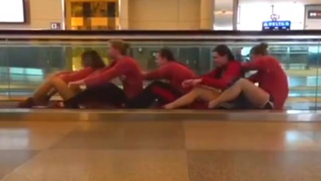 Kajakarstwo i pływanie w hali lotniska? Studenci znaleźli sposób na nudę! [WIDEO]