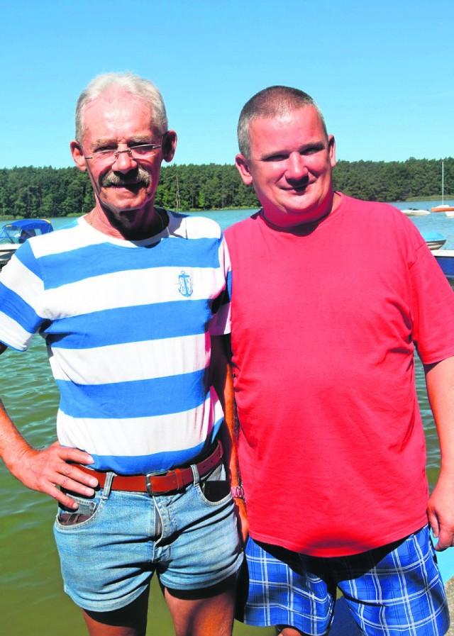 Zbigniew Leichert i Mirosław Moćko (w czerwonej) pracują w wypożyczalni sprzętu wodnego przy plaży miejskiej