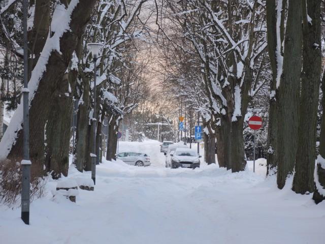 Zobacz zaśnieżone ulice Świnoujścia. Wyglądają bajecznie! Śnieg ma się utrzymać jeszcze tylko przez kilka dni. Synoptycy zapowiadają ocieplenie.